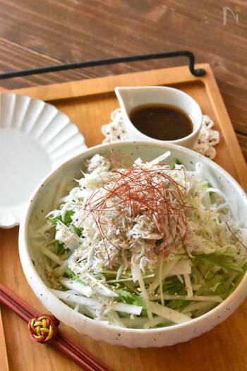 大根と愛称のいいしらす、彩りに水菜を使ったサラダ。酢と胡麻油をきかせたドレッシングが後を引くお味です。