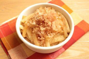 簡単に作れて糖質オフの常備菜。味付けは鶏ガラスープとおかか、2つのうまみ成分に、醤油、ごま油でコクのある味わいに。