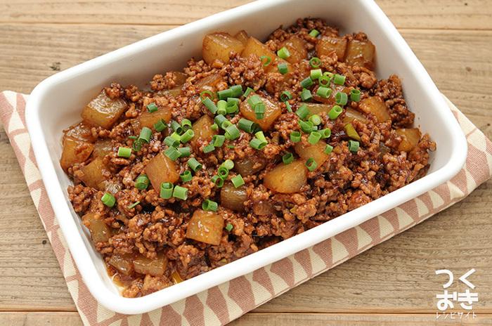 お肉と野菜がバランスよく入り、ごはんのおかずとして食が進みそうな麻婆大根。大根は炒める前にレンジ加熱することで炒め時間を短縮できます。