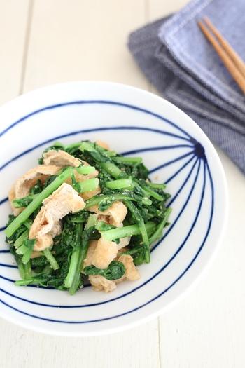 緑色が鮮やかな大根菜の炒めもの。油やゴマと合わせることで、シャキシャキの食感やほのかな苦味が風味として引き立ちます。