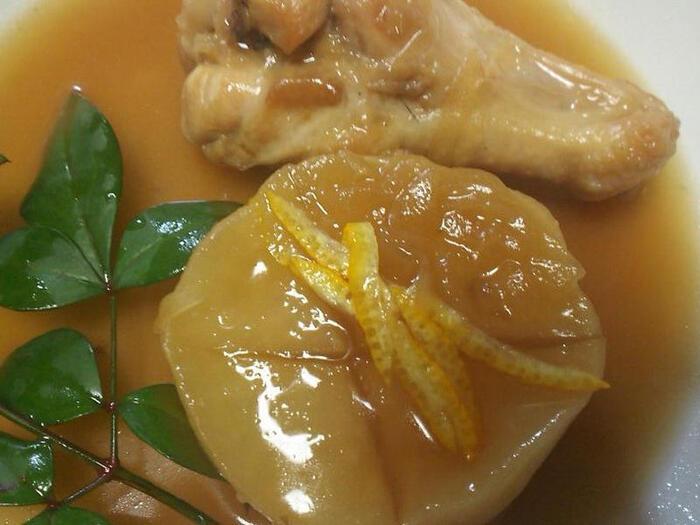 芯まで味のしみて、とろりと柔らかくなった厚切り大根。手間暇掛かりそうな一品も、冷凍大根なら短時間でOK。真ん中に十字の切込みを入れる「隠し包丁」をしておくと、さらに味がしみやすくなります。鶏肉だけじゃなく、いろいろな素材とあわせて煮てみるのもおすすめ。