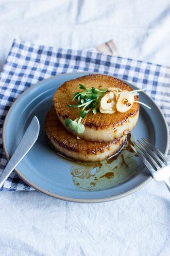 下茹ですることが多い大根ステーキですが、その手間を省いたらくちんレシピ。ガーリックとバターで香りよく焼き上げたごちそうメニューです。