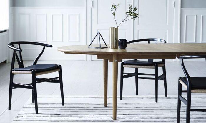 ハンス・J・ウェグナーのダイニングチェア&テーブル。美しい曲線が洗練された印象を与え、パーティーを開いた時には華やかさをもたらしてくれます。シックなブラックカラーがナチュラルなお部屋を引き締めて、モダンさをアップ♪