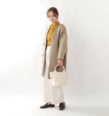 生成り色のトートバッグの優しい色合いや風合いは、様々な色や形のお洋服に合わせやすいだけでなく、シンプルなのでオールシーズン活用することが出来ます。飽きが来ないので、長く愛用出来ますよ。 ナチュラル・カジュアルコーデを好む方は、1つは取り入れて損なしのアイテムです。