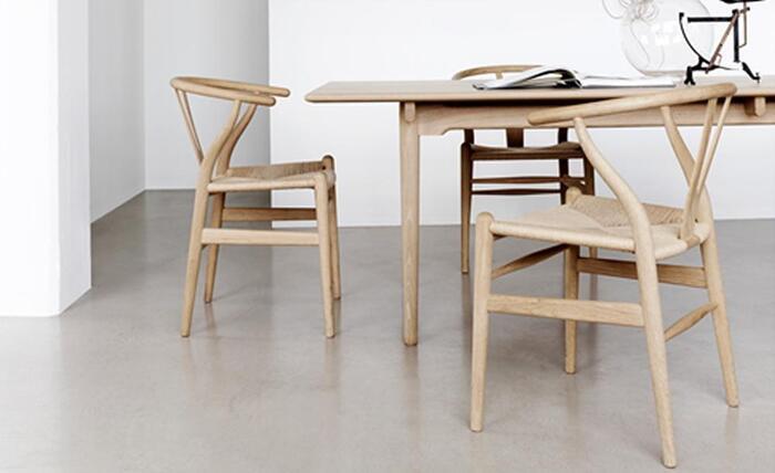 こちらの「Yチェア」をはじめ、「ピーコックチェア」など、500種類以上の椅子を生み出した北欧モダンの代表的なハンス・J・ウェグナーの作品は、ニューヨーク近代美術館などにコレクションされています。経年変化を楽しめるインテリアが多く、名作チェアとして人気があるウェグナー作品。機能面も重視し、リラックスできる座り心地になっています。