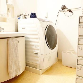 朝から洗濯機を回して、ハンガーに一枚ずつかけてという作業は、とても時間がかかります。洗濯機で洗ってハンガーにかけるところまでを夜に済ませておき、朝起きてから外に干せば、朝の時間をグッと短縮することができます。洗濯機のそばに、一時的に干せる場所を作っておくといいですね。