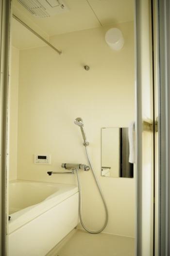 入浴後はお風呂全体が濡れていて、温まっているので汚れが落ちやすい状態です。まさに夜に掃除するのがベストタイミングなんです。入浴後、排水口に溜まったゴミを捨てて、浴室全体をササっと洗って出ればOKです。