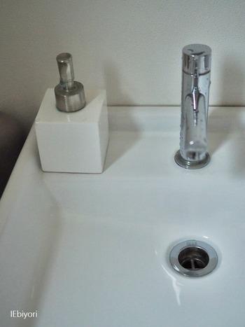 朝の身支度で洗面台を使ったら、そのついでに拭き掃除を済ませましょう。飛び散った水滴をサッと拭いておくだけでも、綺麗な状態を保つことができます。排水口などの掃除は、休日にまとめて。