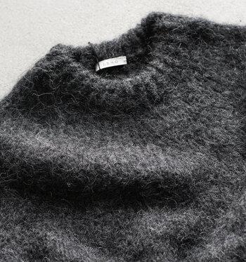 標高の高い南米アンデス山脈に生息する「アルパカ」の毛は、とても細い毛質でやわらかく、しっとりとしたなめらかな肌触りが特徴です。軽量でありながらも保温性に優れているため、セーター・マフラー・手袋など様々なニット製品に用いられています。また、非常に丈夫で摩擦にも強く、毛玉ができにくいというのも特徴です。