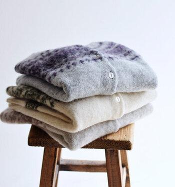 シェットランドウールのニット製品を手洗いする場合には、おしゃれ着用やウール専用の洗剤を水で薄めてニットを浸し、手のひらで優しく押し洗いします。すすぐ際も押し洗いと方法でゆっくりと優しくすすぎ、洗剤の泡がなくなったらニットをバスタオルで包んで水分を吸い取ります。乾かす際はハンガーに掛けずに「平干し」にすると、ニットの型崩れを防ぐことができます。