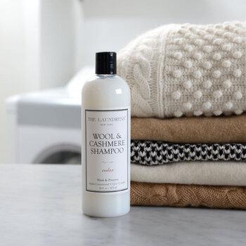 セーターなどの衣類は、先ほどご紹介したメリノウールと同じお洗濯方法です。洗濯機でも手洗いする場合でも、必ず洗濯表示マークの指示に従ってくださいね。 ブランケットなどの毛布の場合には、汚れが付きにくく頻繁に洗う必要が無いため、週に一度、風通しの良い場所で1~2時間ほど陰干しします。