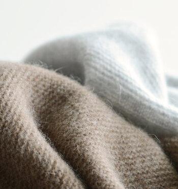 「アンゴラ」はアンゴラヤギの毛と混同されることが多いですが、一般的にはアンゴラウサギの毛を使用した素材のことで、肌触りがなめらかで保温性に優れているのが特徴です。アンゴラヤギの毛を使用した素材はモヘアと呼ばれ、絹のような光沢感と滑らかさがあり、保温性と保湿性に優れているのが特徴です。