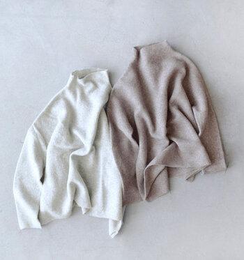 基本的にはドライクリーニングがおすすめですが、ニット専用の洗剤を使用すれば自宅でも手洗いできます。シェットランドウールと同様にニットを洗濯液につけて、優しく押し洗いを繰り返します。すすぐ際も押し洗いと同じ方法で優しくすすぎ、バスタオルなどに包んで水分を吸い取ります。乾かす際は型崩れしないように、ハンガーにはかけずに平干しで乾かしましょう。