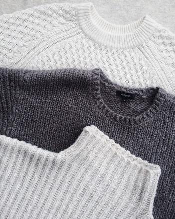 家庭でニットを洗濯する際にチェックしなければいけないのが、洋服のタグに書かれている「洗濯表示マーク」です。マークには洗濯の仕方や干し方など、製品の取り扱い方法が書かれており、品物によってはお家で洗濯できないものもあります。洗濯表示マークについては、以下のリンク先のページを参考にしてくださいね。