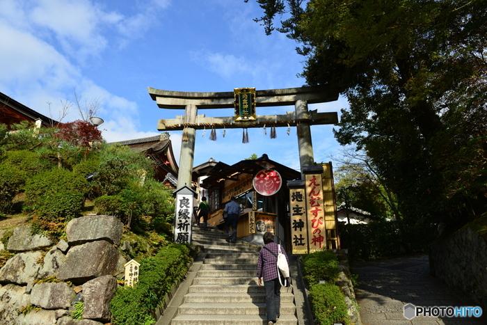 京都での縁結び・恋愛成就の神様といえば、まずこの地主神社を思い浮かべる方も多いのではないでしょうか。地主神社は、京都観光に欠かせない清水寺に隣接している神社で、縁結びの神様である大国主命を主祭神として祀っている神社です。