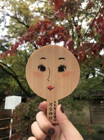 河合神社の絵馬は表にすっぴんの女性の顔が描かれた手鏡の形をしているユニークなものです。絵馬の裏に願い事を書き、表の顔にはなりたい顔にメイクをしましょう。そうすると、描いたような美しい顔になれるかもしれませんね。