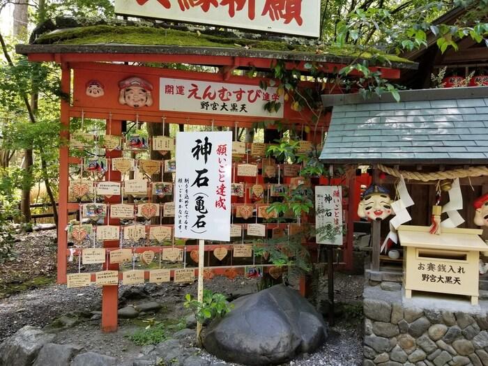 野宮神社境内には、「お亀石」と呼ばれる神石があります。この願いを込めながら神石をなでると一年以内に願い事が叶うと言い伝えがありますので、参拝の際は、ぜひお亀石をなでてみましょう。