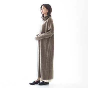 カシミヤ混ウール素材を使用した、暖かく滑らかな質感のニットワンピース。ボリューム感のあるタートルネックデザインで、今っぽさ抜群のコーディネートが楽しめます。足首まであるマキシ丈ですが、あえてボトムスを裾から覗かせる着こなしがおすすめ♪