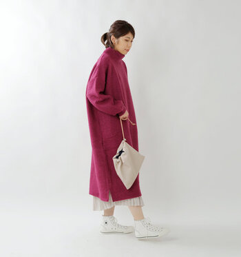 モヘアをたっぷり使用したシャギーニットは、ふわっとしたエアリー感と暖かさを両立してくれる一枚。ワイドシルエットでレイヤードもしやすく、一枚で着てもフェミニンなコーディネートに仕上がります。
