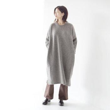 ヤクウール素材を使用した、ふんわりとした質感と暖かさが魅力のニットワンピースです。すとんと落ちるゆったりシルエットで、ワイドパンツなどのレイヤードにもぴったり。ひざ下までのロング丈で、タイツを合わせてシンプルに着こなしても◎。