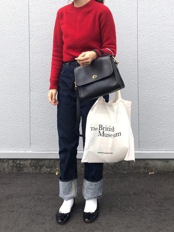 ハンドバッグにすると上品さがアップ!デニムとも相性が良く、こなれ感が出てカッコイイ大人コーデが作れます。真っ赤なニットとは対照的なブラックのバッグについた、アンティークなゴールドのターンロックがコーディネートを惹きたてます。
