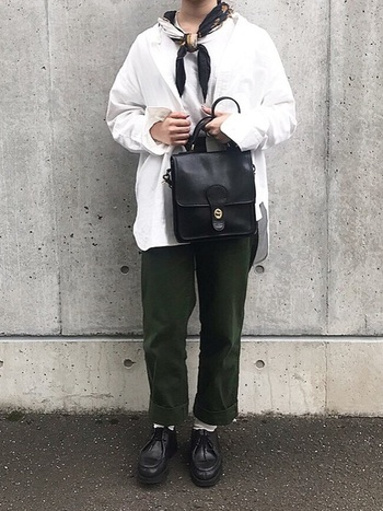 モノグラムシリーズが有名なコーチですが、ヴィンテージでは良質な皮革を使ったシンプルなデザインが人気です。スクエア型のバッグは、シンプルなデザインなので、スカーフでポイントを付け、センスの良い着こなしになっています。