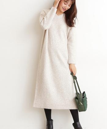ふわふわのブークレ素材を採用し、季節感たっぷりに着られるロング丈のVネックワンピース。一枚で着ても女性らしい印象ですが、あえてロングスカートやワイドパンツを合わせるとトレンド感がアップします。