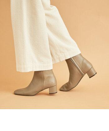 冬の足元の定番と言えば「ブーツ」。今年はロングもショートも人気ですね!中でもおすすめしたいのは「ショートブーツ」。決め手は着回し力と、トレンド感が絶大な点です…!綺麗めにもカジュアルにも落とし込める守備範囲の広さは、ロングブーツよりもはるかに広く感じます。  では早速、スカートとパンツに分けて着こなしをご紹介します☆