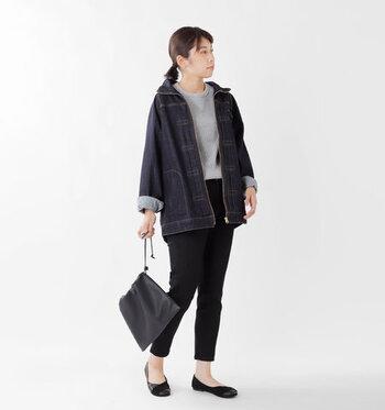 黒のデニムパンツにゆったり羽織れるデニムジャケットを合わせた、大人のデニムオンデニムコーデです。ゆったりジャケットのインナーには、厚手のニットを重ねても着ぶくれせずサマになります。足元はパンプスを合わせていますが、寒さを感じる季節にはショートブーツなどを合わせても◎。