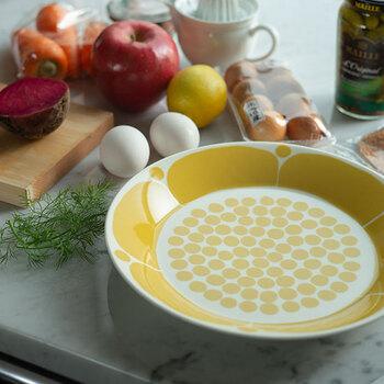 「ARABIA(アラビア)」のSunnuntai(スンヌンタイ)は、フィンランド語で日曜日という意味を持つシリーズ。明るい黄色が食卓を彩り、シンプルな食材でも魅力たっぷりなワンプレートランチに仕上げてくれます。