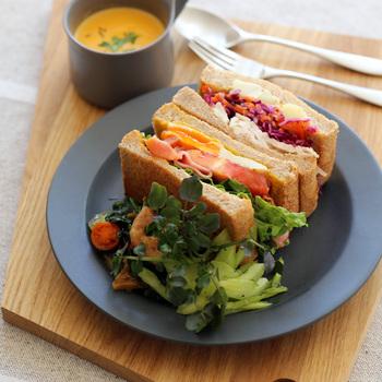 マットな質感で、軽食のワンプレーとも重厚な雰囲気を与えてくれる「kura(クラ)」のENA(エナ)シリーズ。濃いグレーと薄いグレーの2色展開で、シックな食卓を演出したい時にもぴったりなアイテムです。