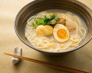 飲んだ後のシメにラーメンが食べたくなったら訪れたいのがこちら「祇園 晩餐のあと」。  画像は魚介系のスープが味わえる「晩餐倭 (やまと)そば」。鶏としんじょ・卵が添えられ、からすみがかかっています。