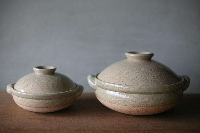 こちらは三重県伊賀市にある伊賀焼の窯元、「松山陶工場」の土灰釉(どばいゆう)の土鍋です。土灰釉とは薪や落ち葉などを燃やした灰で作った自然の釉薬で、淡い色合いに仕上がるのが特徴です。ぽってりとした丸みのあるフォルムと、優しい色合いが食卓を温かい雰囲気に演出してくれます。