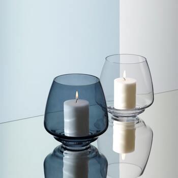 シンプルな真っ白キャンドルも、スタイリッシュなグラスの中に置くだけでグッとセンスアップ。キャンドルスタンドとして使わない時には、フラワーベースとしても使える2wayアイテムです。