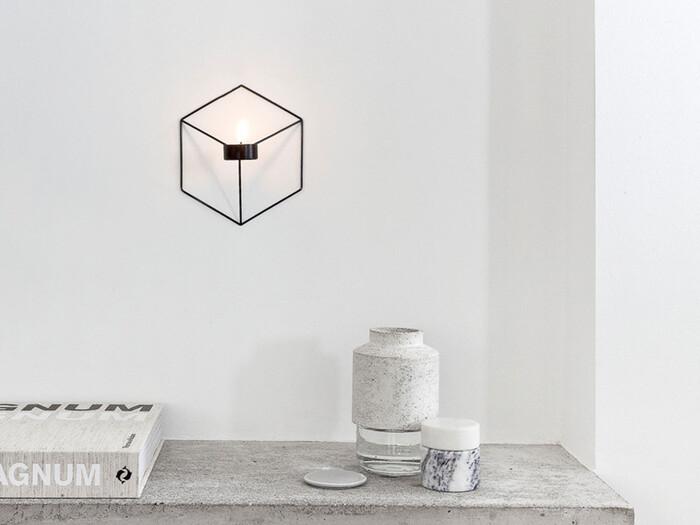 ワイヤー製のキャンドルホルダーは、壁につけることで立ち位置によって異なる形に見えるというユニークなアイテム。ティーライトキャンドルに使える仕様となっていますが、壁につけることを考えると、LEDキャンドルを使うのがおすすめです。