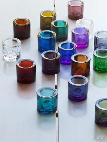 シンプルなデザインながらも、色ガラスで美しいカラーを魅せてくれる「kivi(キビ)」のキャンドルホルダー。小ぶりなサイズ感で、並べて置くだけでもキュートな印象。お好みのカラーやグラデーションを揃えるなど、さまざまな楽しみ方ができますよ。