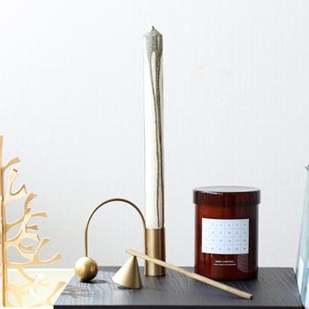 ロウが流れているようなデザインがユニークな、ロングサイズのキャンドル。置くだけでもインテリア小物のようにおしゃれな印象を与えてくれるアイテムです。