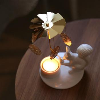 リスをモチーフにした陶器のキャンドルスタンドは、火をつけると熱の力でゴールドの羽やモチーフがくるくると回りだす仕掛けが。童話の世界に迷い込んでしまったかのような、ファンシーな世界観に浸ることができます。