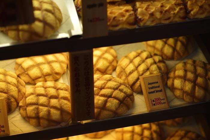 どこのパン屋さんにいっても、コレを見掛けないなんてありえないほど、当たり前にスタンダードなメロンパン。なのに、そのルーツや名前の由来は諸説あり、意外に謎多きパンなのです。ただ、鹿鳴館や帝国ホテルを創設した実業家が招いた料理人が日本で作った、日本生まれのパンだという説が有力なようです。