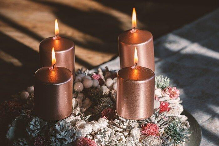 アドベント・フラワーという言葉を知っていますか?クリスマスを迎える4週前から日曜日ごとにキャンドルに火を灯し、その日を待つことを「アドベント」というそうです。そのキャンドルの周りを彩るのが「アドベント・フラワー」です。