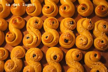 「Lussekatt(ラッセカット)」はサフランを贅沢に使用したロールパン。ほのかに黄色いのは、サフランの色のためです。素朴で、どこかホッとする優しい味わいです。