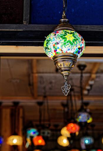 トルコランプは、オスマントルコ時代に宮殿やモスクなどで使われていた伝統的なモザイク模様のガラスのランプのこと。昔はキャンドルを入れて使いましたが、現在では電気を使用するものが多いようです。