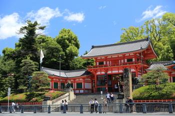 日本三大祭の1つ「祇園祭」は、疫病や災厄が去るよう祈るこちら「八坂神社」のお祭りで、約1100年の伝統を持っています。  ご祭神は「素戔嗚尊(すさのおのみこと)」「櫛稲田姫命(くしいなだのひめのみこと)」など。  年中多くの人々で賑わっています。
