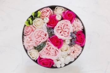 ケーキのように可愛いボックスフラワーも、手軽に手作りすることができますよ。  1.用意したボックスの内側に、アルミホイルを敷き、保水用のフローラルフォームを適宜カットして置きます。 2.ボックスの高さを目安にカットした花を挿していきます。 3.バランスを見て葉ものやパールの飾りなどを挿し込み、出来上がり。  水やりはフローラルフォームの乾き具合を見て、花と花をそっと指で開き、間に水を注ぎます。