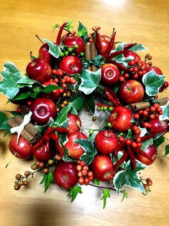 この時季、姫リンゴなど実ものをふんだんに使ったテーブルリースもおススメです。シナモンスティックをアレンジに加えれば、アップルパイのような香りも楽しめます。