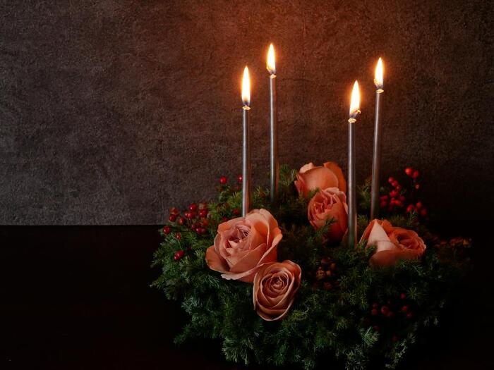 クリスマス用ではなく普段の秋冬のテーブルにも、キャンドルでアレンジしたお花は温かみを演出できます。暖色系のカラーでまとめたら、しっとりと癒やされますね。