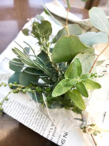 タッジー・マッジーは、ハーブ類を束ねた小さな花束のことです。中世ヨーロッパでは花言葉に思いを込めて束ね、恋人に贈ったりしたそうです。抗菌作用があり虫よけにも使用されるハーブは魔よけの意味も込められ、花嫁の持つブーケの由来ともいわれています。