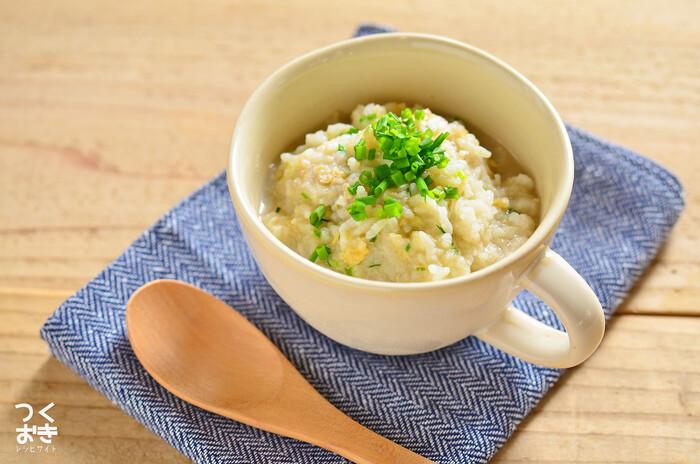 長ネギ、しょうが、大根、レンコン、たまごと、風邪への効果が期待できる食材をたっぷりと使った雑炊。さらっと食べられる優しい味わいのレシピです。