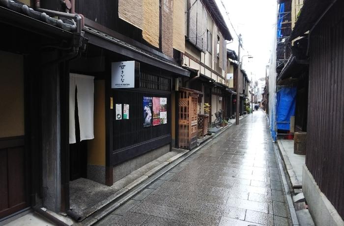 「祇園四条駅」と「八坂神社」の中間地点くらいに位置します。  町並みに溶け込んでいるので、のれんと看板を見逃さずに。