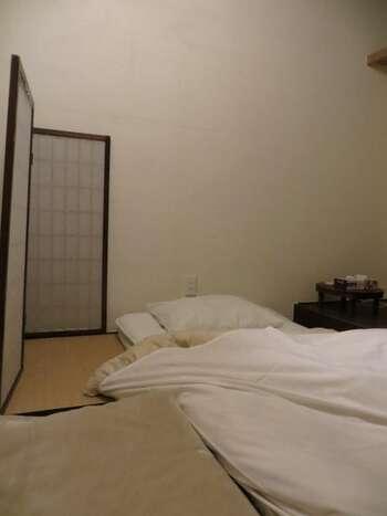 お部屋は男女別のドミトリー、個室は2部屋、和室とドミトリーと同じ二段式ベッドの洋室の4部屋に分かれています。消灯時間も23時と決められているので、旅だからといってうっかり夜ふかしすることなく、ゆっくり熟睡できる時間も確保できますよ。
